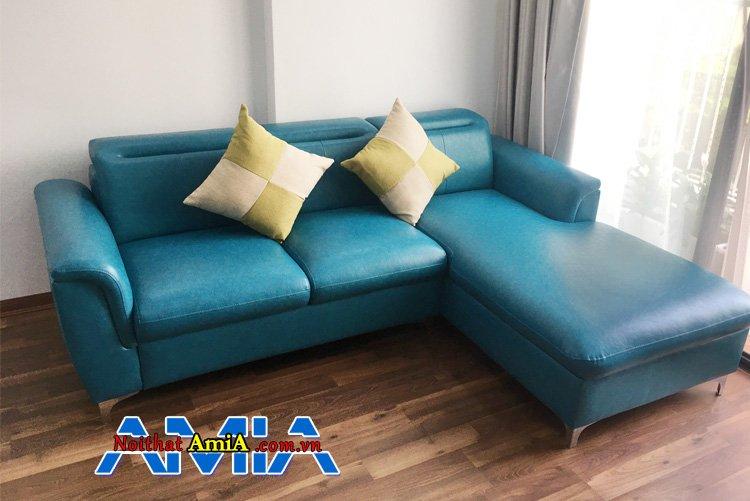 Sofa góc chữ L với khung gỗ tự nhiên chắc chắn, bên ngoài bọc da màu xanh dương kê phòng khách đẹp
