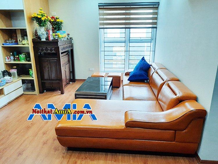 Hình ảnh phòng khách nổi bật với ghế sofa màu cam