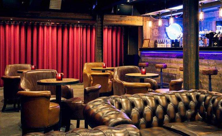 Quán bar bài trí sofa da nhỏ gọn tân cổ điển đẹp